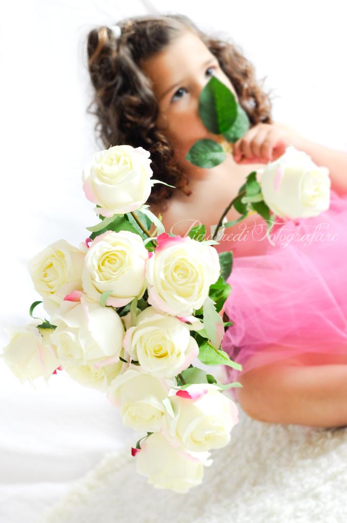 fotografia bambina con fiori bianchi roma