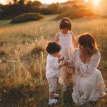 fotografa famiglie all'aperto naturali